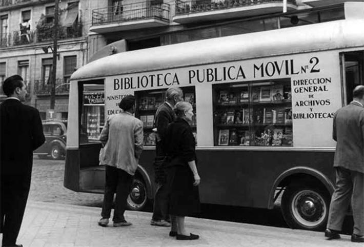 """Fotografía: Biblioteca móvil. Madrid, 1950 [aproximadamente]. En: """"Revista Vivat Academia"""". Alce, Sigfrido del. No. 89, octubre,1989."""